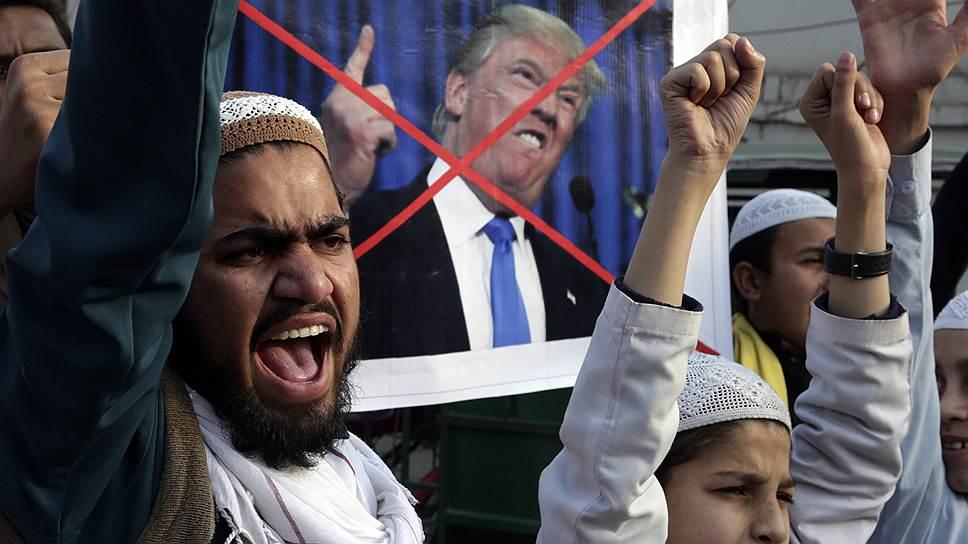 Решение США прекратить военную помощь Пакистану вызвало всплеск антиамериканских настроений в стране