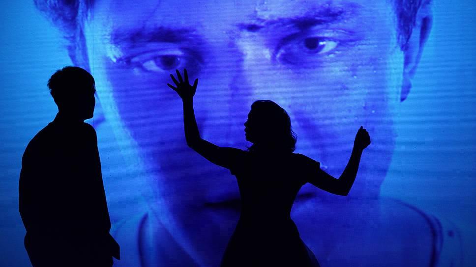 Контраст между экранным видео и живыми актерами скрадывает бытовые детали исходной пьесы