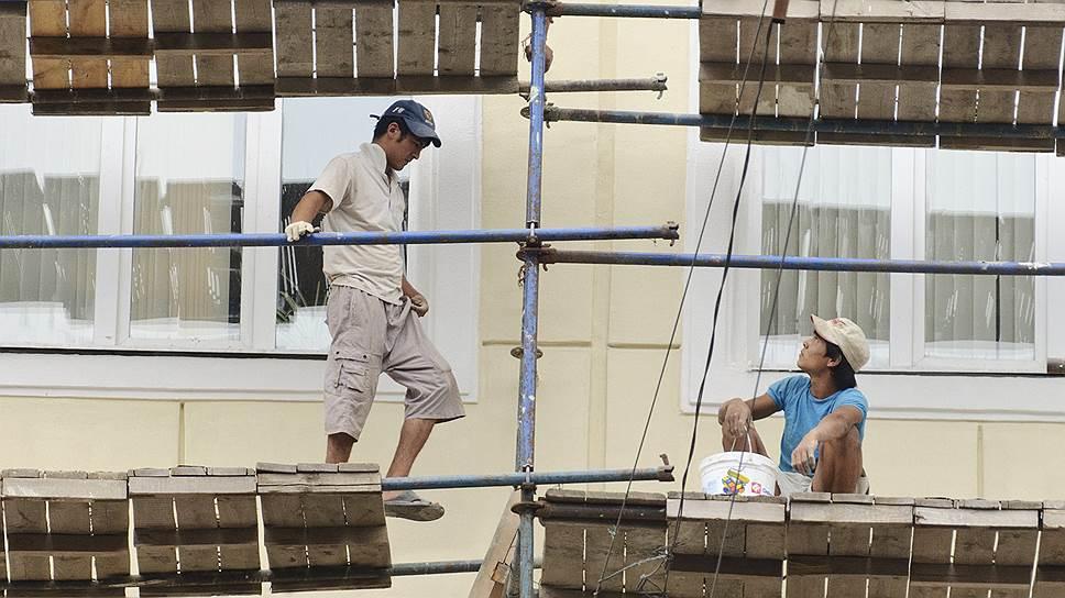Правозащитники разных стран предупреждают, что современное рабство не подразумевает оков, а положение жертв, в том числе части рабочих-мигрантов, часто усугубляется тем, что они не отдают себе отчета в своем положении