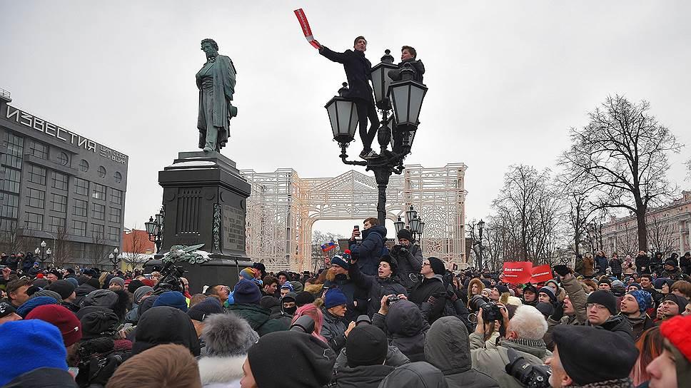 Появление в воскресенье нескольких сотен протестующих в центре Москвы полицейские объясняли туристам традициями Масленицы