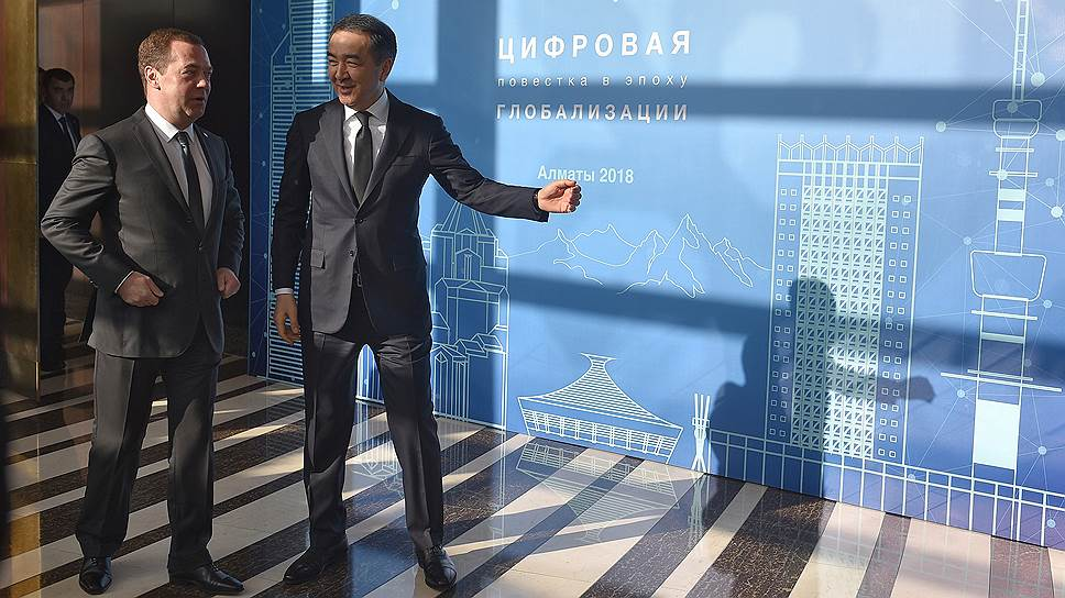 Премьер-министр РФ Дмитрий Медведев (слева) и глава правительства Казахстана Бакытжан Сагинтаев на форуме в Алматы увидели светлое будущее цифровой интеграции