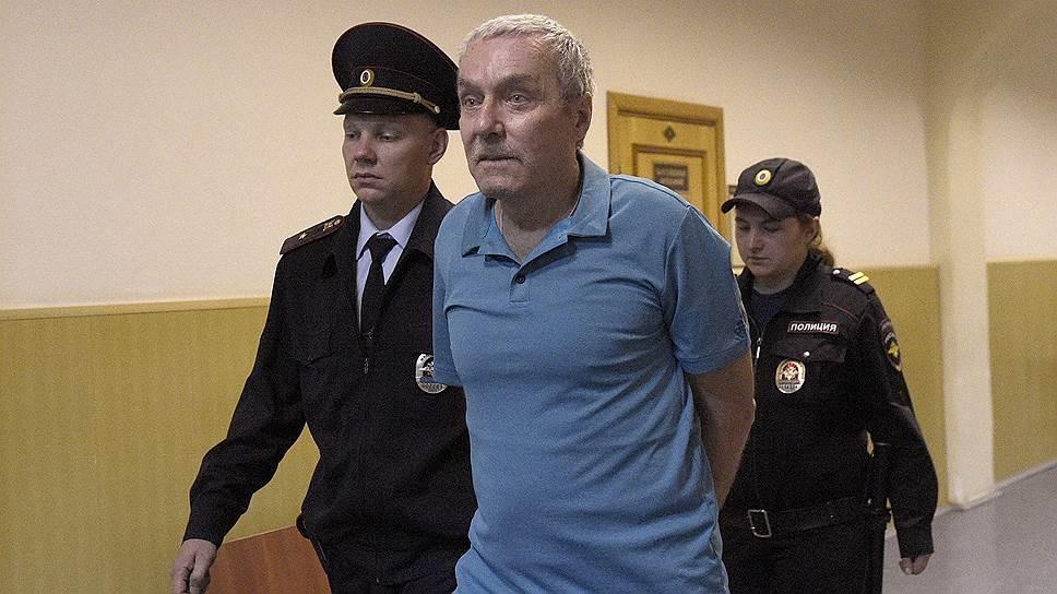 В чем обвиняется отец полковника Захарченко