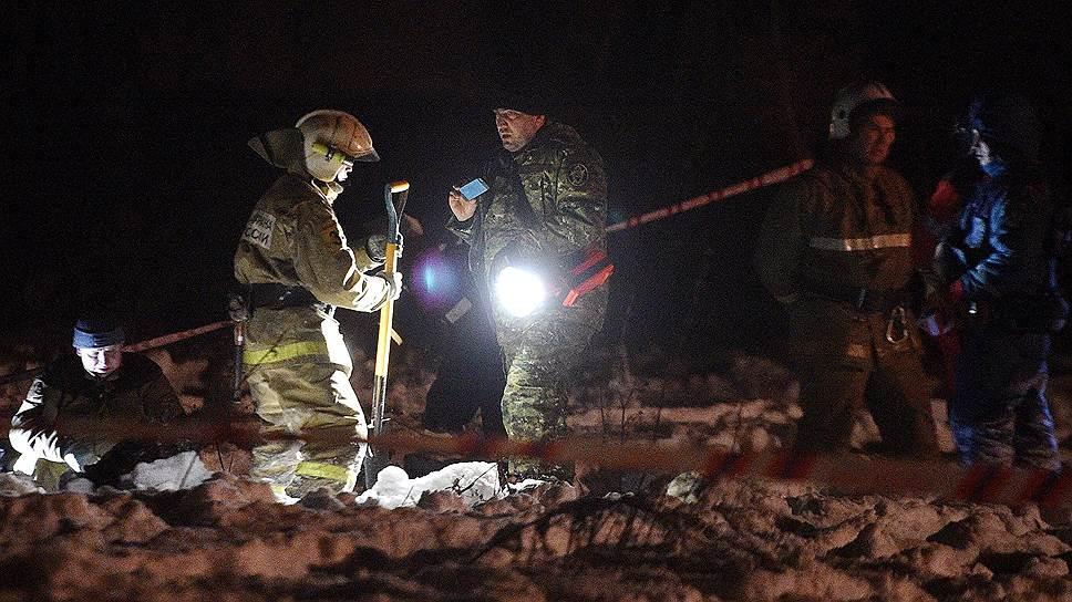 Обломки самолета сотрудники МЧС находили даже в километре от места его падения