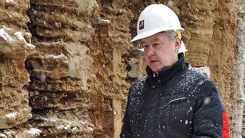 Снег во дворах все не кончается // В московской мэрии теперь обещают убрать его к среде
