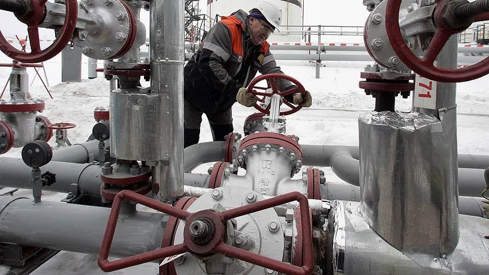 Нефть подешевела в рублях