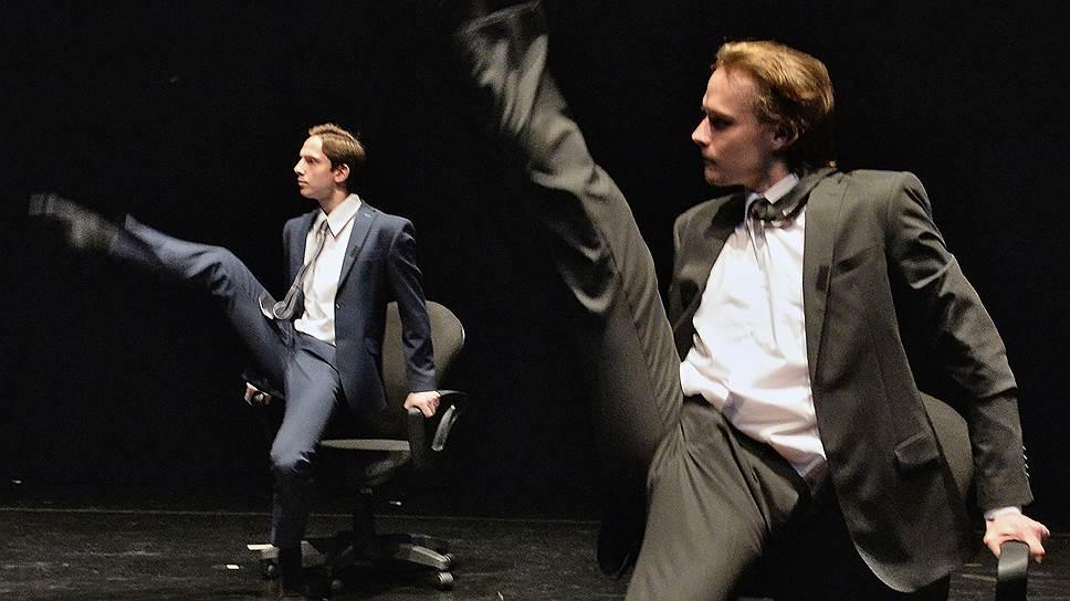 Совсем не рыцарская битва клерков на скакунах в виде офисных кресел — кульминация социальной жизни спектакля «Мы»
