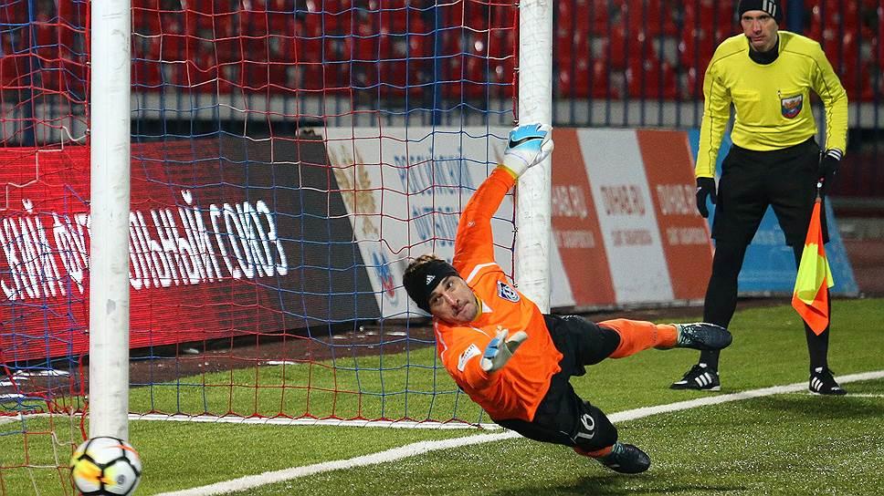 После того как «Шинник» (на фото — вратарь команды Дмитрий Яшин) обыграл в серии пенальти «СКА-Хабаровск», то же самое сделал и «Авангард» в матче с «Амкаром»