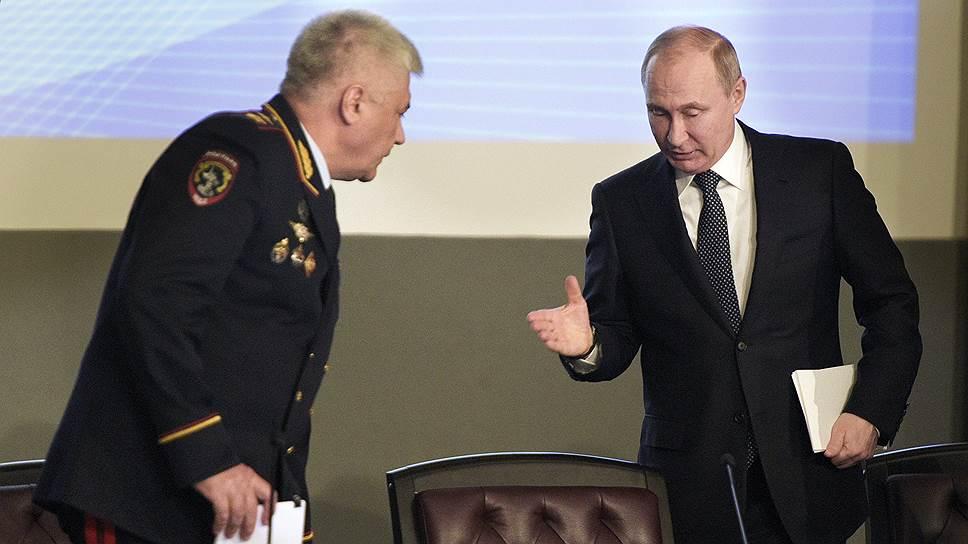 Министр МВД России Владимир Колокольцев (слева) и президент России Владимир Путин