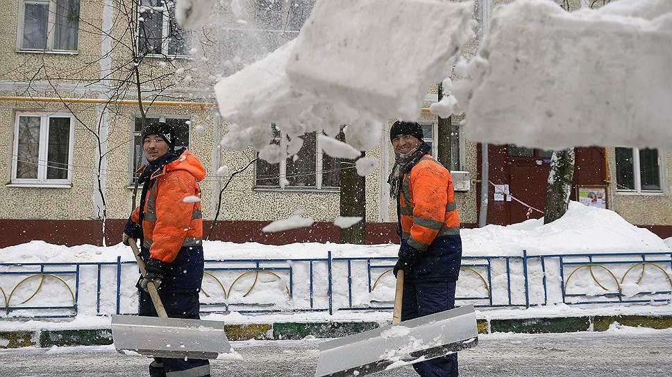 Начало календарной весны не принесло московским дворникам облегчения в борьбе со снегом