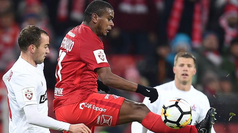 «Спартак» добыл важные три очка в домашнем матче со «СКА-Хабаровском» благодаря голу полузащитника Фернандо (в красной форме) на 90-й минуте