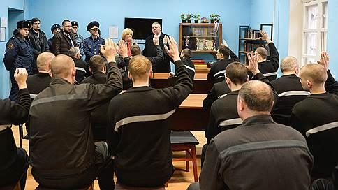 Наблюдатели просятся к омбудсмену // Члены ОНК просят президента РФ лишить Общественную палату права выбора