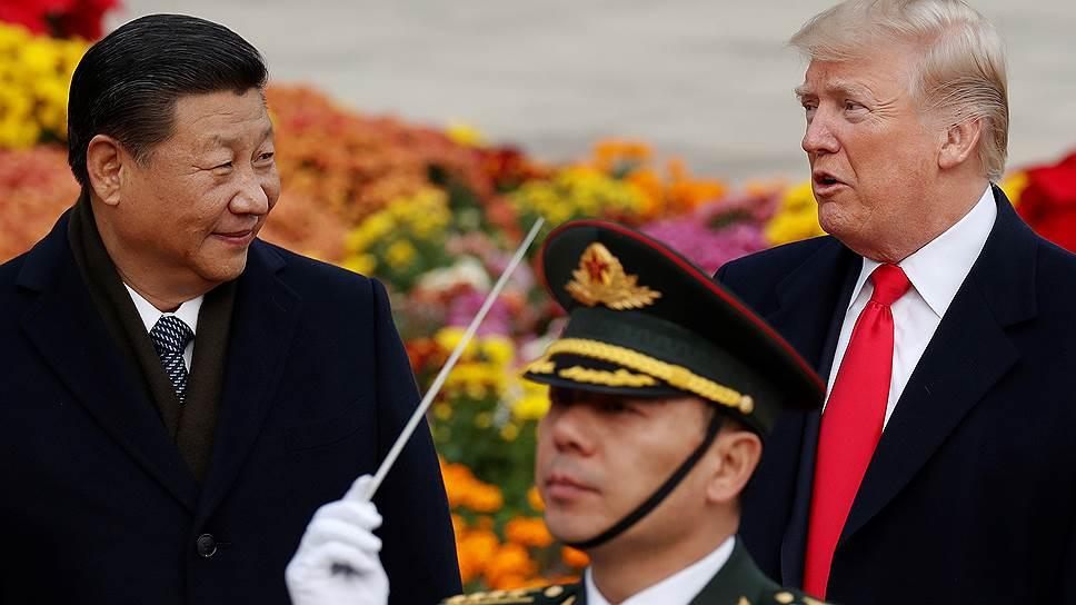 Президент США Дональд Трамп готов на ухудшение отношений с Китаем после введения новых ограничений в торговле с этой страной (слева — председатель КНР Си Цзиньпин)