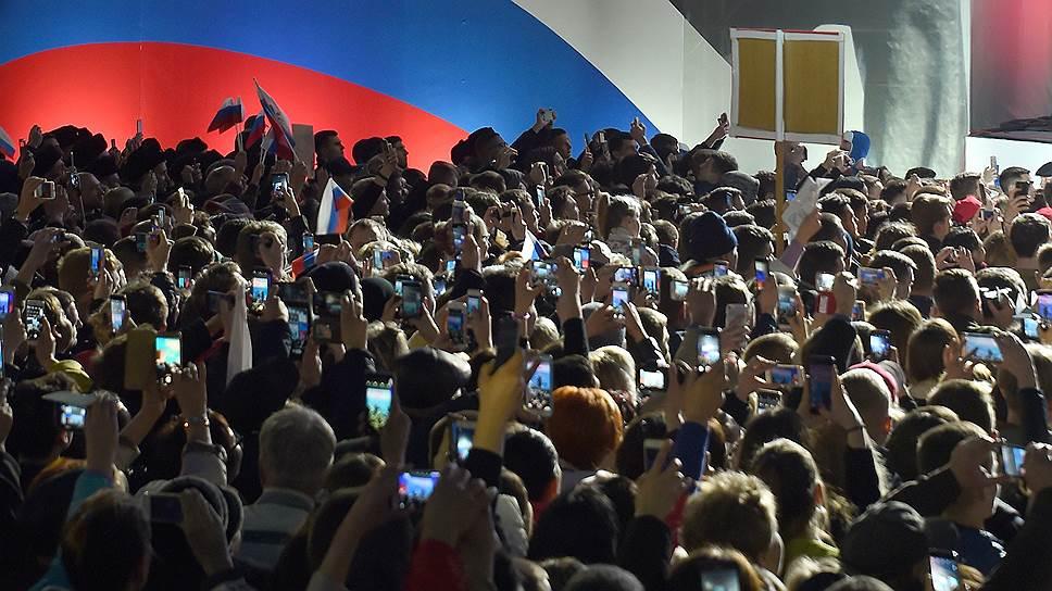 После минутной речи Владимир Путин предупредил, что крепко-крепко всех обнимает, и обнял