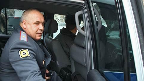 Генерала вернули домой по суду // Экс-начальника МУРа обвинили в передаче телефонных номеров чекистов