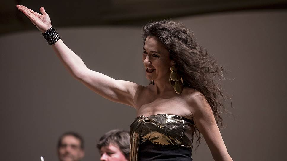 Стефани д'Устрак совершенно гипнотизирует зрителя, хотя в первый момент на сцене она может показаться излишне деловитой