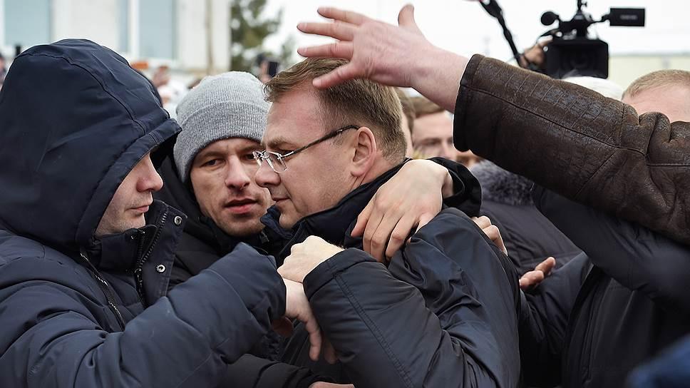 Глава Волоколамского района Евгений Гаврилов (в центре) вплотную столкнулся с протестом жителей против мусорного полигона «Ядрово»