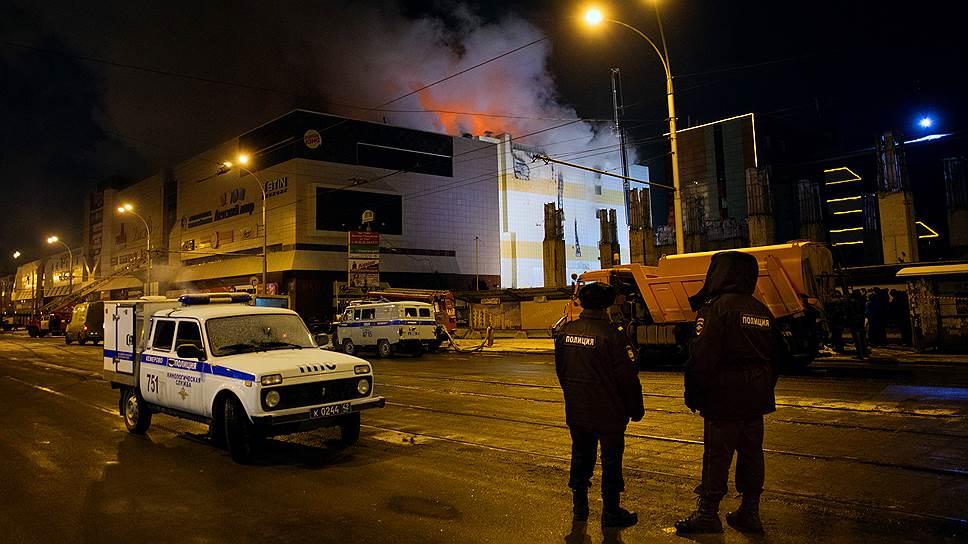 Когда спасатели и полиция прибыли к ТРЦ «Зимняя вишня», огонь полыхал вовсю