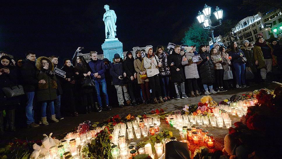В Москве свечи зажигали и на Манежной, и на Пушкинской (на фото)