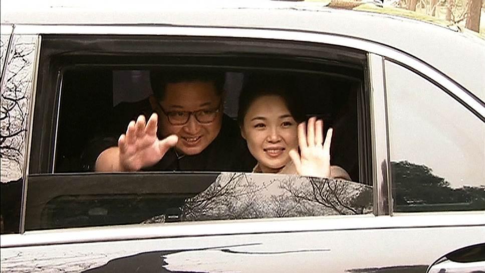 Глава КНДР Ким Чен Ын, взявший с собой в Пекин супругу Ли Соль Чжу, дал понять, что так же, как его отец и дед, дорожит корейско-китайской дружбой, как своей жизнью