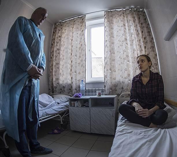 17-летняя Диана рассказала вице-губернатору Сергею Цивилеву, что у нее сейчас каникулы в разгаре