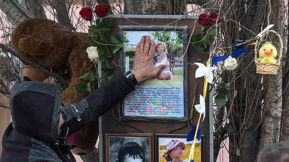 Дмитрий Алимов приколотил фотографию жены и дочки, которые погибли в «Зимней вишне», прямо к тополю, защитив ее от порывов ветра, и до сих пор это больше никому не пришло в голову