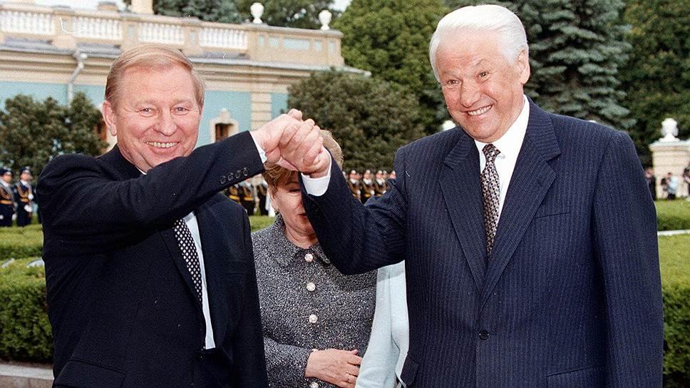 В 1997 году президенты Борис Ельцин и Леонид Кучма (слева) провозгласили «доверие, стратегическое партнерство и сотрудничество» в качестве основы отношений России и Украины (статья 1 Договора) — однако к 2018 году прежние формулировки ушли в прошлое