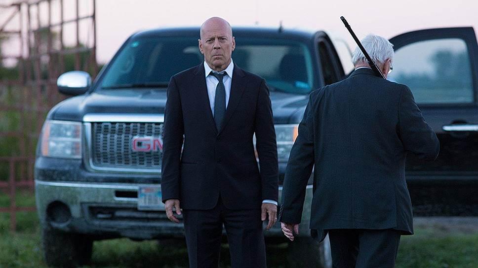 Брюс Уиллис играет врача, которого гибель жены вынуждает не спасать жизни, а отнимать их у плохих парней