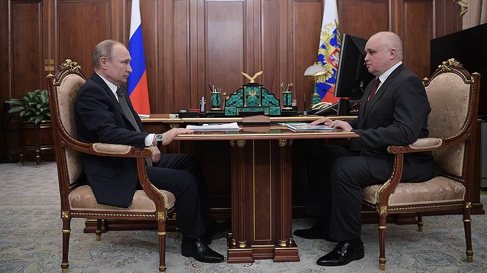 Президент России Владимир Путин и временно исполняющий обязанности губернатора Кемеровской области Сергей Цивилев (справа)