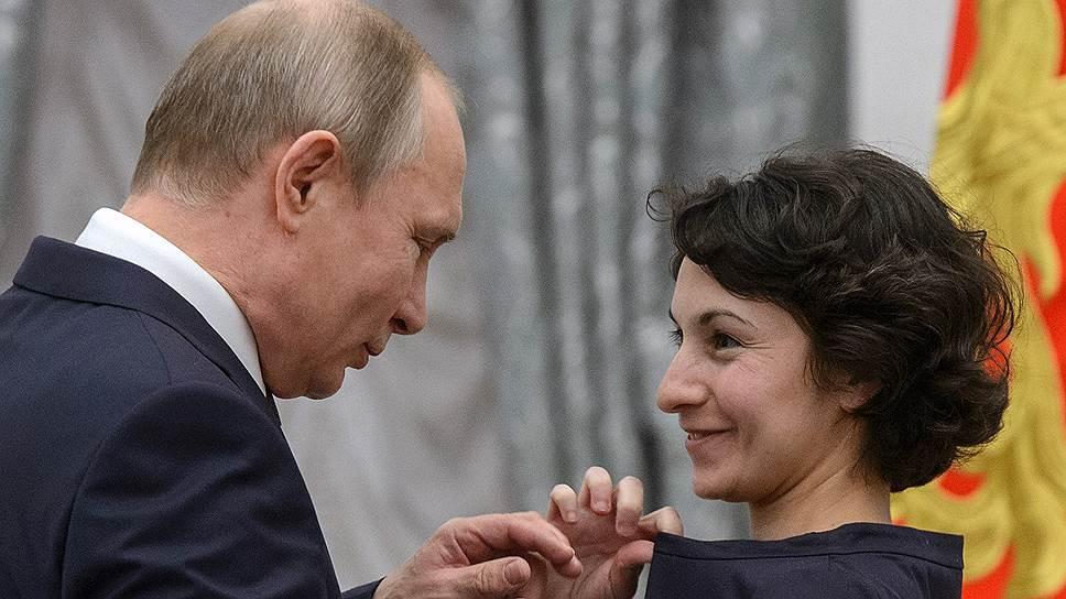 Мультипликатор Дина Великовская помогала Владимиру Путину вручить ей значок