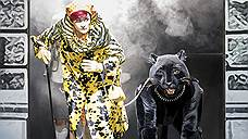 Клара Цаханассьян (Катарина Карнеус) оказывается единственным ярким пятном в сумрачно оформленном спектакле