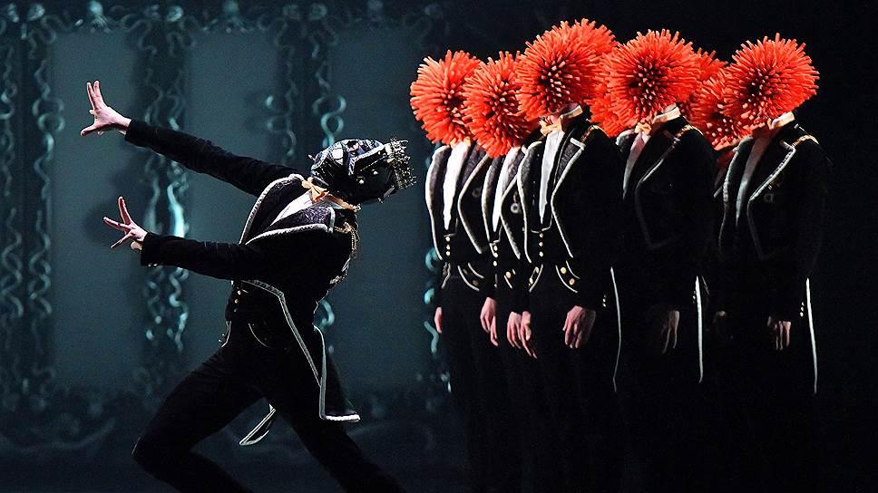 Армия красноголовых Щелкунчиков побеждает Мышиного короля, как и игрушечные солдатики в традиционном балете