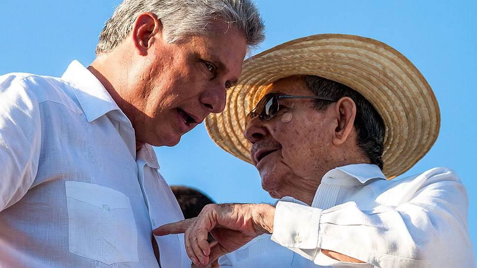 86-летний Рауль Кастро (справа) намерен отойти в тень, но, по признанию его преемника Мигеля Диас-Канеля (слева), и дальше будет курировать принятие «наиболее важных решений»
