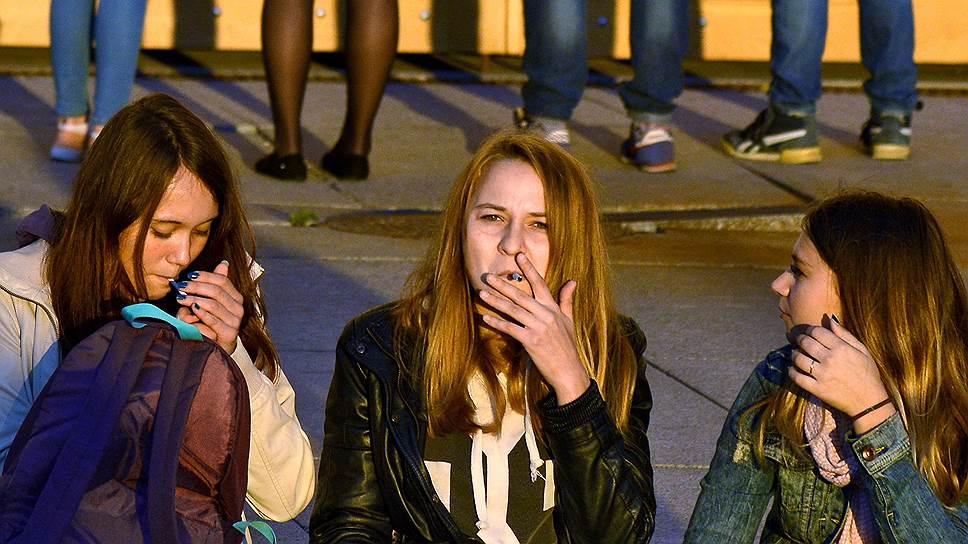 В тени курят все больше