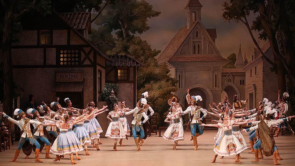 Костюмы, декорации и танцы придают реконструированной «Коппелии» очарование старины (на фото — мазурка из I акта)