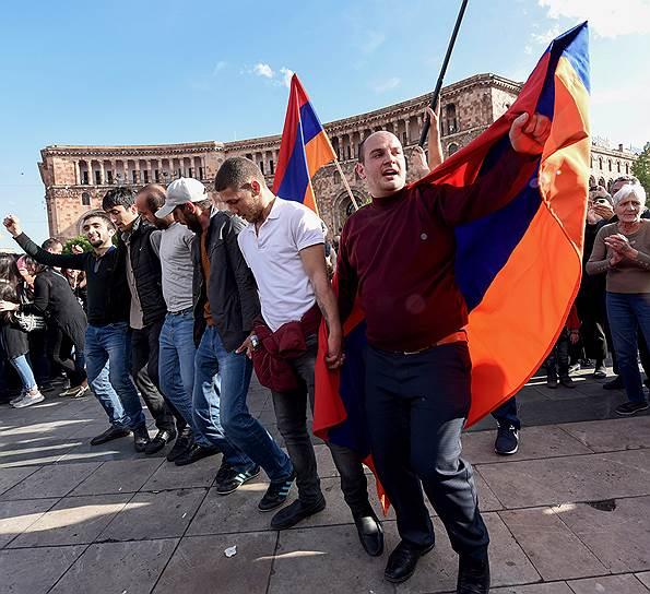 Массовые митинги против Сержа Саргсяна на улицах Еревана плавно перетекли в народные гуляния