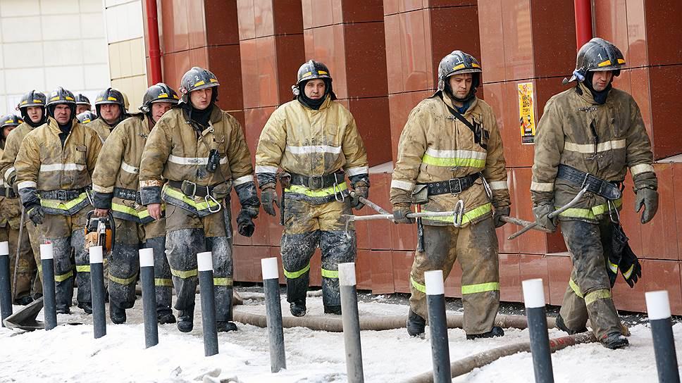 Пожарным часто приходится покупать снаряжение на свои: то, что выдается, не слишком хорошего качества