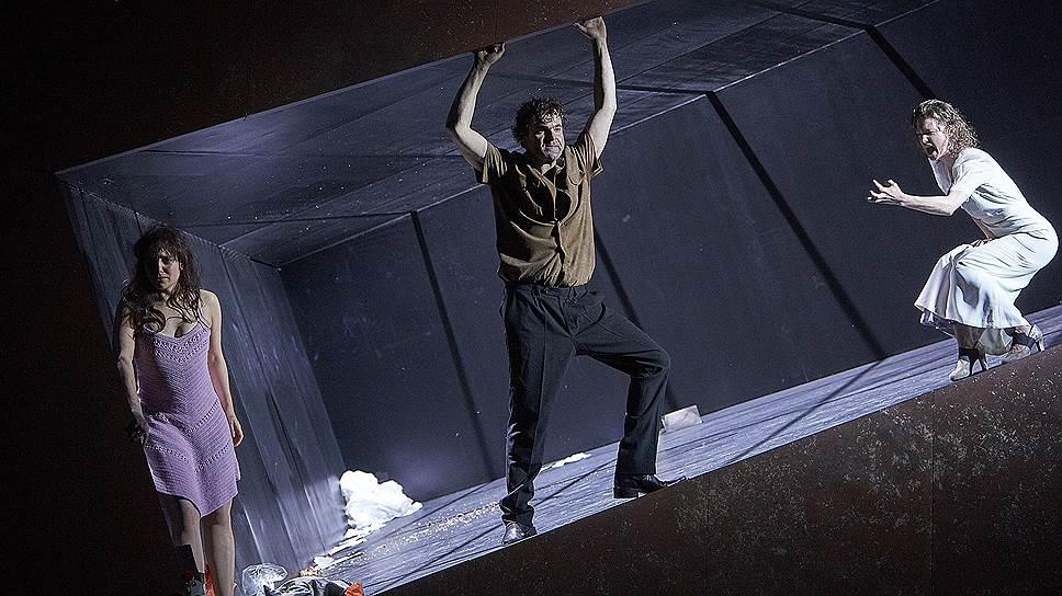 Стиснутый сценографической конструкцией спектакль — почти балет, где любой жест и звук имеют смысл