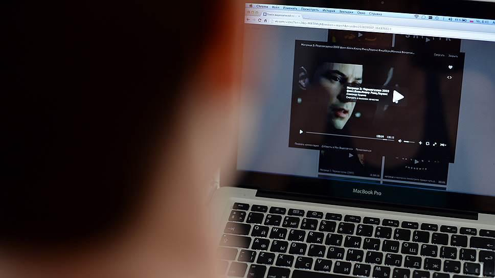 Как онлайн-казино оплатили нелегальный кинопоказ
