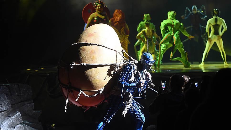 Из затеи обыграть жизнь насекомых вылупляется не столько спектакль, сколько еще одно цирковое зрелище