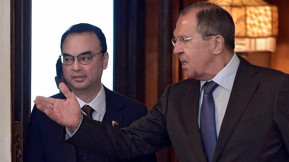 Министр иностранных дел Филиппин Алан Питер Каетано (слева) и и.о. министра иностранных дел России Сергей Лавров