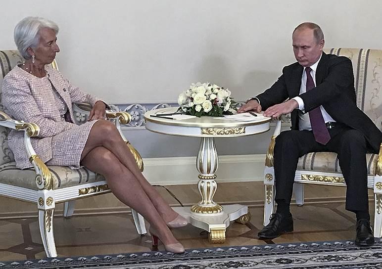 Увидев директора-распорядителя МВФ Кристин Лагард, Владимир Путин потупился