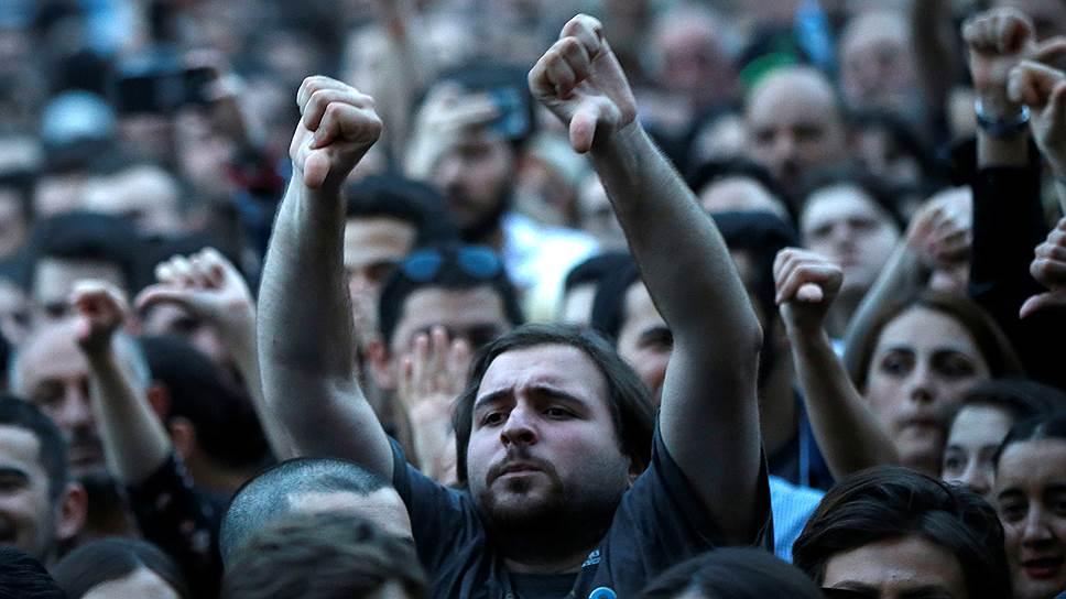 Отставка генпрокурора Грузии собравшихся в центре Тбилиси не удовлетворила: они обещают не расходиться до тех пор, пока в стране не сменится правительство