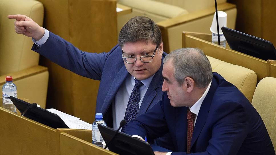 Депутаты Госдумы (на фото: Андрей Исаев и Сергей Неверов) готовы наказывать за исполнение иностранных санкций граждан, но избавить от ответственности бизнес