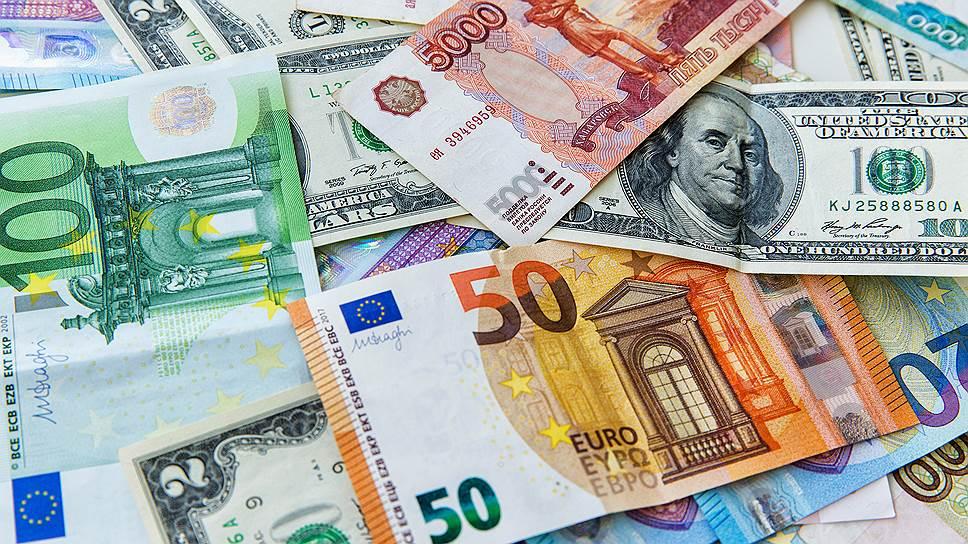 Почему курс евро на Московской бирже обвалился на 1,2 руб.