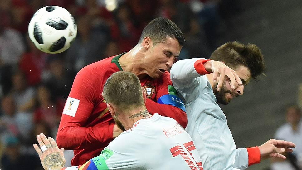 Криштиану Роналду (в центре) забил в ворота сборной Испании три мяча