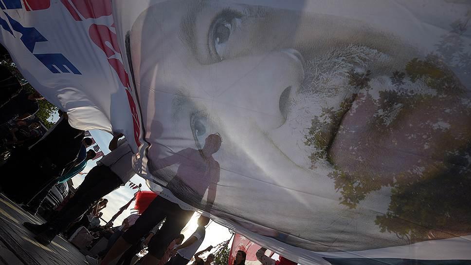 Оппоненты Реджепа Тайипа Эрдогана (на плакате) опасаются, что теперь его власть в стране примет всеобъемлющий характер