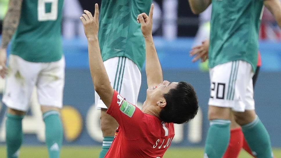На этом чемпионате мира немцы (в зеленой форме) были слишком бледными тенями тех немцев, которые четыре года назад стали сильнейшими на предыдущем первенстве