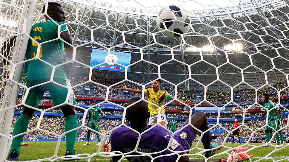 Сборная Колумбии (№9 — Радамель Фалькао) вышла в play-off чемпионата мира благодаря голу защитника Йерри Мины в ворота Сенегала, забитому на 74-й минуте матча
