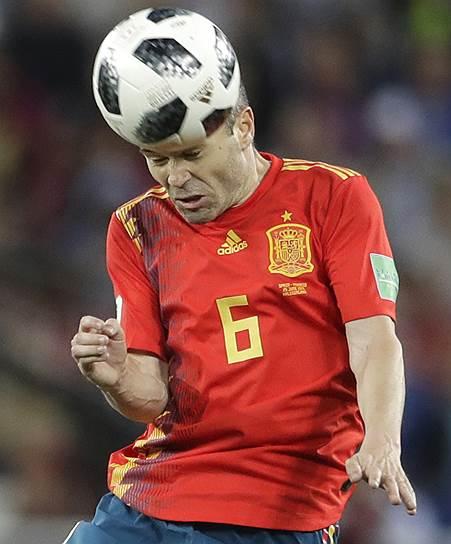 На этом чемпионате мира сборная Испании пока не показывала игру, достойную своего звездного состава (на фото — Андрес Иньеста)