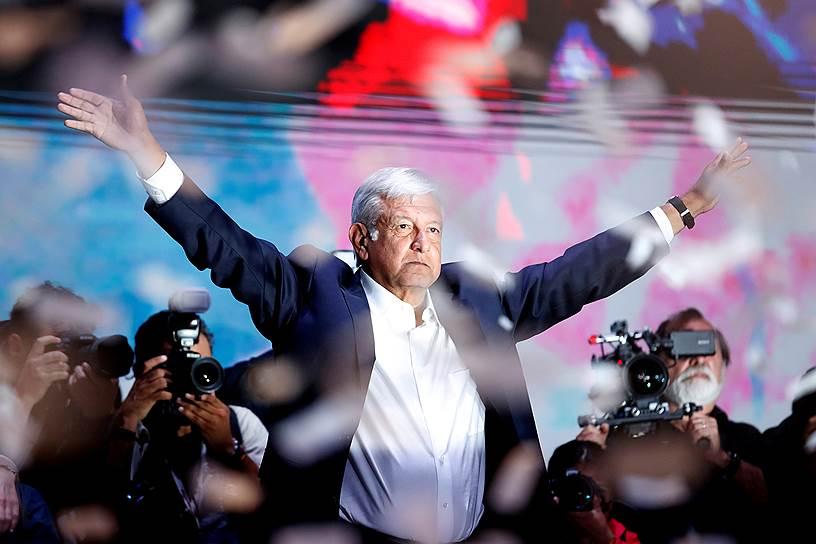 Избранный президент Мексики Андрес Мануэль Лопес Обрадор обрадовал своих сторонников обещаниями построить настоящую демократию, победить коррупцию и снизить расходы на госаппарат